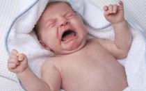 Грудничок пукает с запахом, у него газы: как помочь ребенку