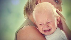 Ребенок при кормлении выгибается и плачет: почему
